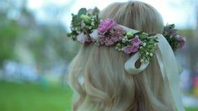 Corona d'uso del fiore della bella ragazza bionda sulla testa che cammina lentamente Nuziale, giorno delle nozze video d archivio