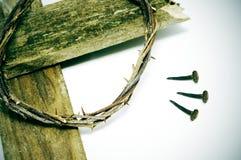 Corona de espinas, de la cruz y de clavos imágenes de archivo libres de regalías