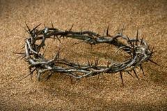 Corona de espinas en la arena imagen de archivo libre de regalías