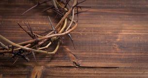 Corona de espinas en un fondo de madera - Pascua Fotos de archivo