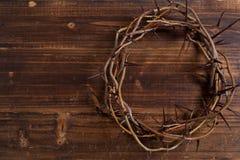 Corona de espinas en un fondo de madera - Pascua Fotografía de archivo