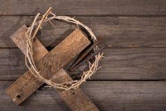 Corona de espinas en una cruz Fotografía de archivo