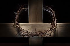 Corona de espinas y de la cruz de madera imagen de archivo libre de regalías