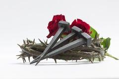 Corona de Jesus Christ de espinas, de clavos y de dos rosas Imagen de archivo libre de regalías