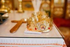 Corona de la boda en la iglesia Foto de archivo