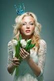 Corona de la princesa de la mujer que lleva que sostiene tulipanes Foto de archivo libre de regalías