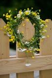 Corona dei fiori selvaggi sul recinto di legno fotografia stock libera da diritti