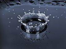 Corona del chapoteo de la gota del agua Foto de archivo libre de regalías
