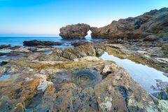 Corona Del Mar Jump Rock, la Californie Photographie stock libre de droits