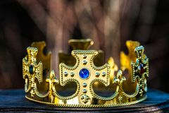 Corona del oro con las piedras fotografía de archivo