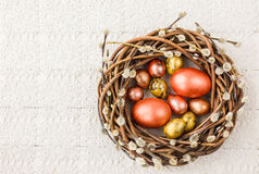 Corona del salice di Pasqua ed uova di Pasqua variopinte sulla tovaglia bianca Copi lo spazio, fondo di Pasqua Immagini Stock Libere da Diritti
