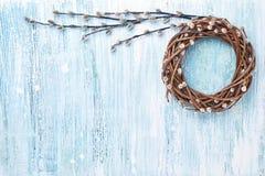 Corona del salice di Pasqua su fondo blu Vista superiore, spazio della copia Fotografia Stock Libera da Diritti