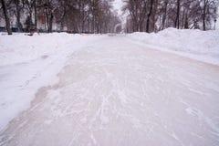 Corona del vicolo Il fondo della neve, ghiaccio ha graffiato i pattini immagine stock libera da diritti
