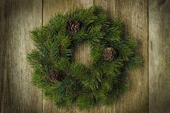 Corona dell'abete di Natale su fondo di legno d'annata, orizzontale Fotografia Stock Libera da Diritti