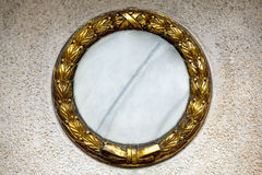 Corona dell'oro ad una lapide Fotografia Stock