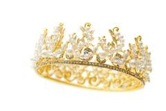 Corona dell'oro della regina con la perla ed il gioiello bianco della pietra preziosa immagini stock