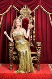 Corona della tenuta della giovane donna regina Fotografie Stock