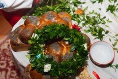 Corona delle margherite frondose verdi sul collage - tradizione ucraina di nozze fotografia stock