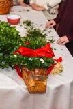 Corona delle margherite frondose verdi sul collage - tradizione ucraina di nozze immagine stock