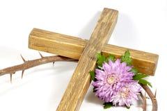 Corona delle spine trasversale di legno con Chrysanthnum Fotografia Stock Libera da Diritti