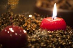 Corona di arrivo con la bruciatura della candela rossa Immagine Stock