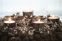 Corona di arrivo con la combustione quattro candele Immagini Stock Libere da Diritti