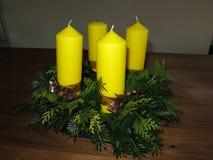 Corona di arrivo con le candele gialle Immagini Stock