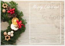 Corona di arrivo con le candele rosse per pre il tempo di Natale Fotografia Stock