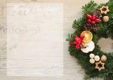 Corona di arrivo con le candele rosse per pre il tempo di Natale Fotografie Stock