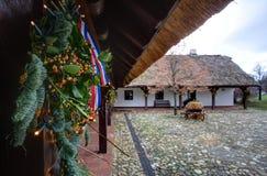 Corona di arrivo sulla vecchia casa di legno per il Natale Immagine Stock Libera da Diritti