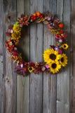 Corona di autunno con i fiori in tensione ed i fiori secchi Fotografie Stock