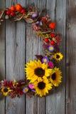 Corona di autunno con i fiori in tensione ed i fiori secchi Fotografia Stock