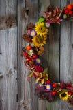 Corona di autunno con i fiori in tensione ed i fiori secchi Fotografia Stock Libera da Diritti