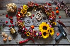 Corona di autunno con i fiori in tensione ed i fiori secchi Immagine Stock