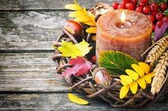 Corona di autunno con la candela immagine stock
