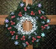 Corona di Chrismas sulla porta di legno Immagini Stock Libere da Diritti