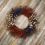 Corona di festa dell'indipendenza sui bordi di legno rustici Fotografia Stock