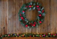 Corona di inverno di Natale sopra il manto fotografia stock
