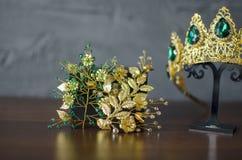 Corona di modo di colore dell'oro con le pietre preziose verdi Ro dorato di diadema Immagini Stock Libere da Diritti