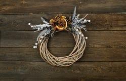 Corona di Natale con fondo di legno Fotografia Stock