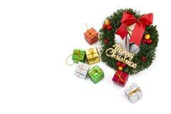 Corona di natale con i contenitori di regalo per la decorazione Fotografia Stock