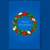 Corona di Natale con le bacche e le decorazioni Fotografia Stock