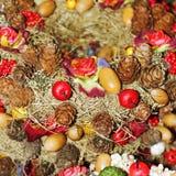 Corona di Natale con le pigne ed i fiori Immagine Stock
