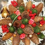Corona di Natale con le pigne ed i fiori Fotografia Stock