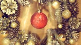 Corona di Natale dei coni e delle palle su superficie di legno stock footage