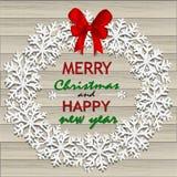 Corona di Natale del fiocco di neve su fondo di legno Immagine Stock Libera da Diritti
