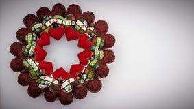 Corona di Natale fatta con i cuori di rosso della rappezzatura Fotografie Stock Libere da Diritti