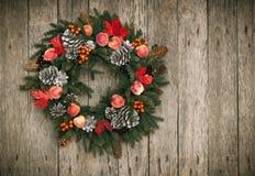 Corona di Natale su fondo di legno fotografia stock libera da diritti