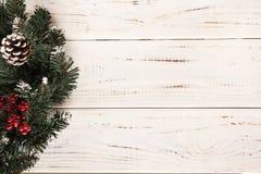 Corona di natale su priorità bassa di legno immagine stock