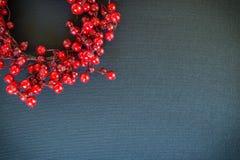 Corona di Natale su un fondo nero della tela Fotografie Stock